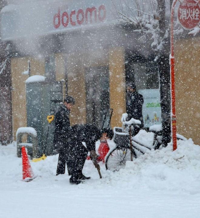 Chùm ảnh: Người Nhật chật vật chống chọi với bão tuyết  14