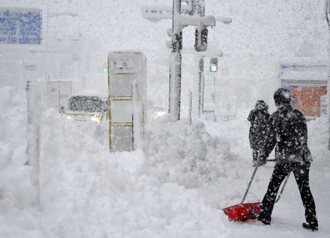 Chùm ảnh: Người Nhật chật vật chống chọi với bão tuyết  12