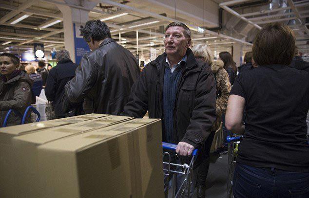 Đồng Rúp mất 60\% giá trị, người dân Nga 'cuống cuồng' đi mua sắm 10