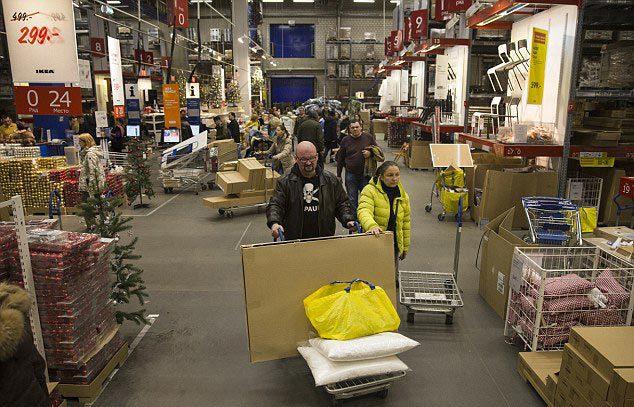 Đồng Rúp mất 60\% giá trị, người dân Nga 'cuống cuồng' đi mua sắm 11