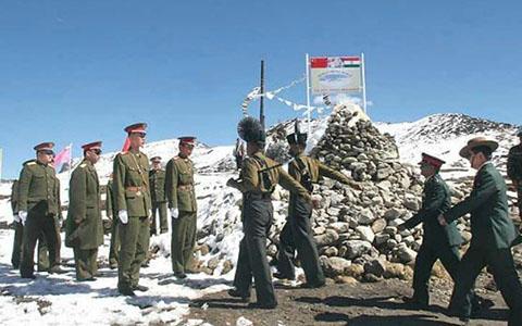 Binh sĩ Ấn Độ - Trung Quốc giằng co ở biên giới suốt 3 giờ 4
