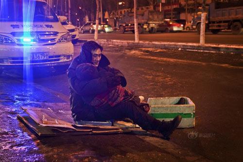 Rơi nước mắt cảnh cụ ông ôm xác vợ dưới trời lạnh 24 độ C 6