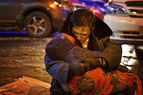 Rơi nước mắt cảnh cụ ông ôm xác vợ dưới trời lạnh 24 độ C 4