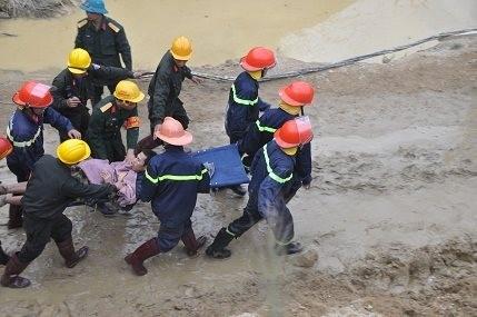 Hình ảnh 12 nạn nhân bị mắc kẹt được đưa ra khỏi hầm 4