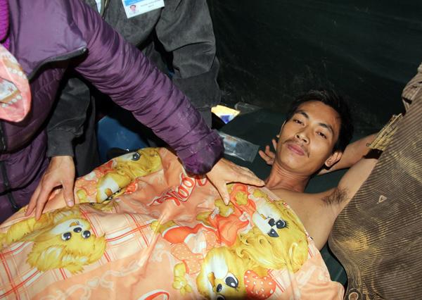 Hình ảnh 12 nạn nhân bị mắc kẹt được đưa ra khỏi hầm 7