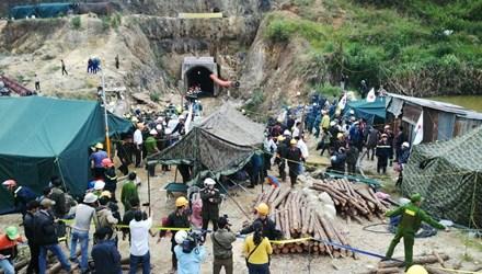 Hình ảnh 12 nạn nhân bị mắc kẹt được đưa ra khỏi hầm 9