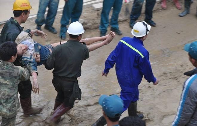 Hình ảnh 12 nạn nhân bị mắc kẹt được đưa ra khỏi hầm 8