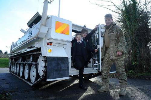 Bố lái xe tăng 17 tấn chở con đi học 7