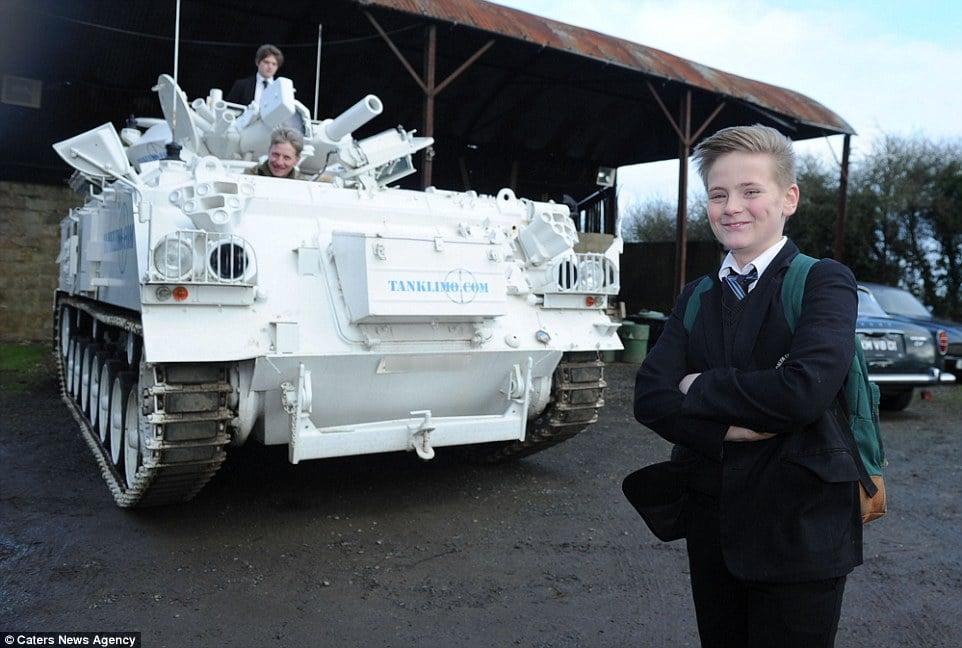 Bố lái xe tăng 17 tấn chở con đi học 5