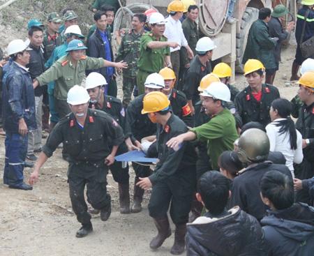 Vụ sập hầm thủy điện 12 người mắc kẹt: Xem xét khởi tố vụ án 4