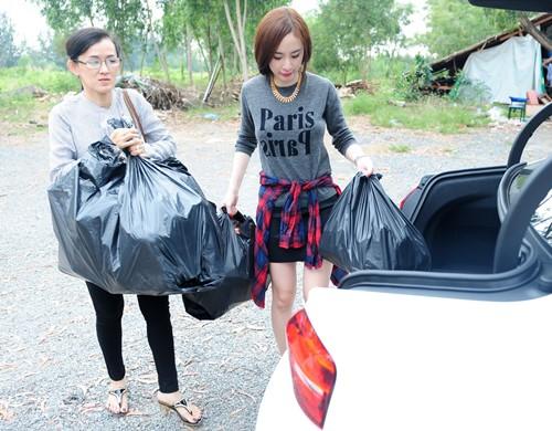 Angela Phương Trinh lái xe tiền tỷ đi từ thiện cùng mẹ và em gái  7