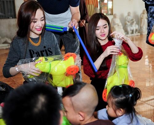 Angela Phương Trinh lái xe tiền tỷ đi từ thiện cùng mẹ và em gái  8