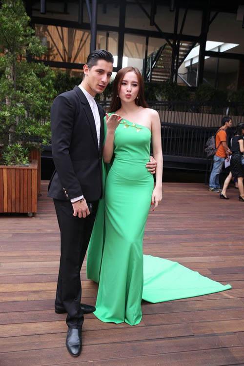 Angela Phương Trinh được trai lạ tháp tùng bằng siêu xe mới tậu 7