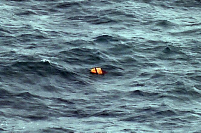 Phát hiện vùng nước đen giống xác máy bay mất tích QZ8501 4