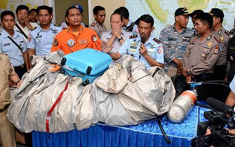 Cận cảnh những vật thể vớt được từ máy bay gặp nạn QZ8501 5
