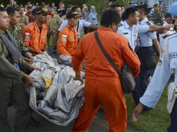 Cận cảnh những vật thể vớt được từ máy bay gặp nạn QZ8501 8