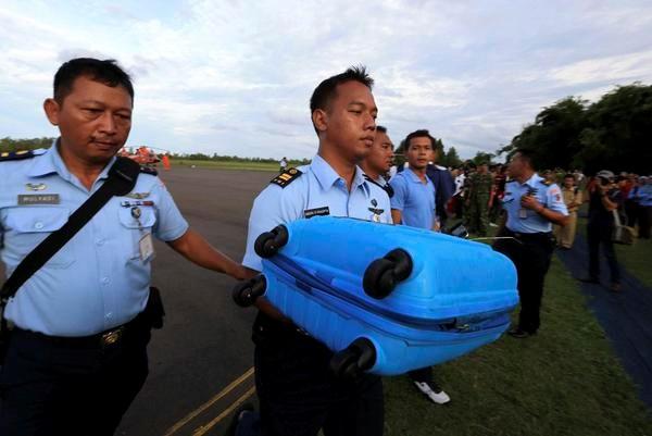 Cận cảnh những vật thể vớt được từ máy bay gặp nạn QZ8501 9