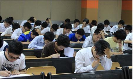 Lộ đề thi, 25.000 học sinh lớp 12 thi lại môn Tiếng Anh 4