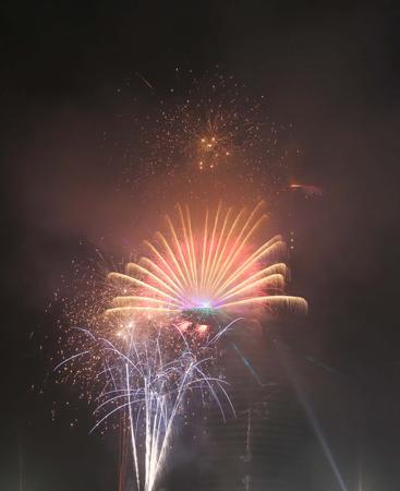 Ngắm màn pháo hoa độc đáo rực rỡ trên bầu trời chào đón năm 2015 7