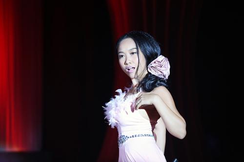 Chồng Đoan Trang tỏ tình rồi âu yếm hôn vợ trên sân khấu 5