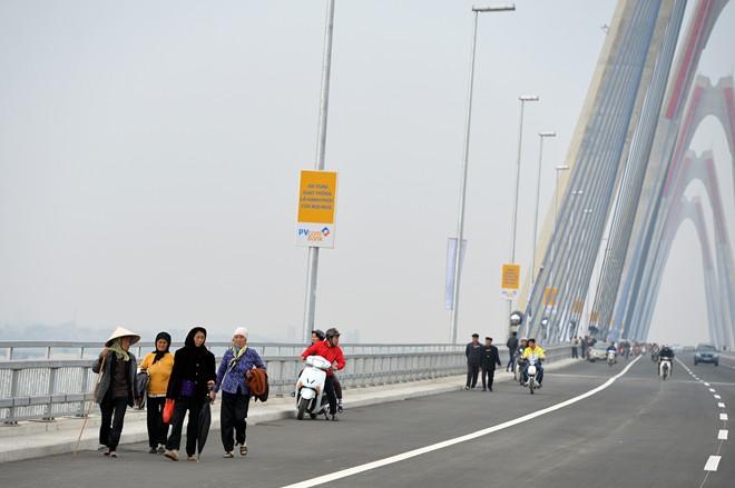 Phương tiện dừng đỗ, đi bộ lên cầu Nhật Tân sẽ bị xử phạt 5