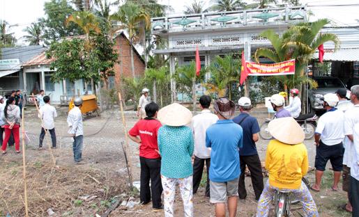 Đặt quan tài trước nhà phản đối cưỡng chế thu hồi đất ở miền Tây 4