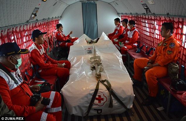 Những hình ảnh đầu tiên của xác máy bay QZ8501 dưới đáy đại dương 10