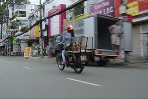 Bà Tưng đổi nghề đi bán chó dạo tại chợ Bến Thành 5