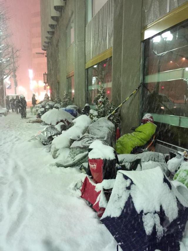 Mặc tuyết trắng, Fan cuồng Apple ngủ xuyên đêm chờ khuyến mại 7
