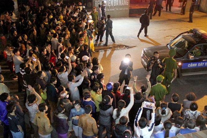 Cận cảnh người dân gọi tên, vỗ tay chào đón ông Nguyễn Bá Thanh về nước 8