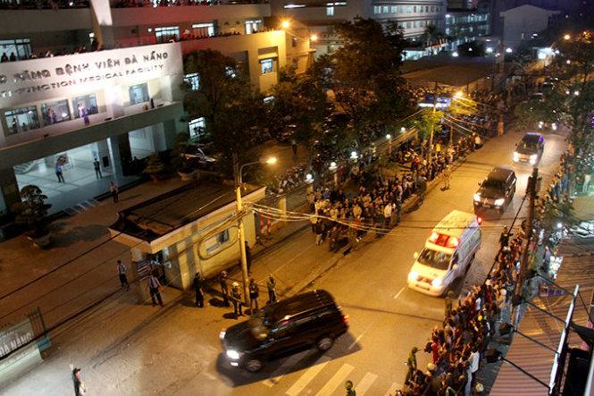 Cận cảnh người dân gọi tên, vỗ tay chào đón ông Nguyễn Bá Thanh về nước 7