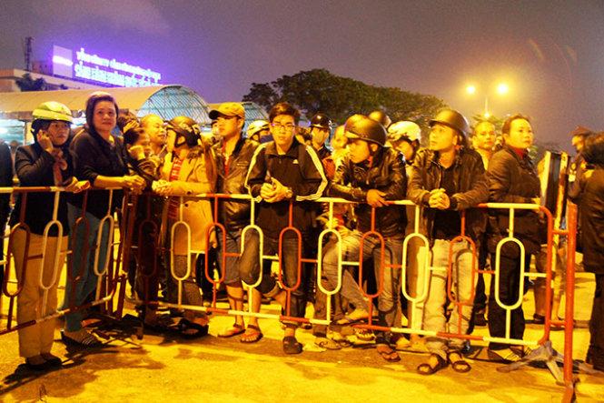 Cận cảnh người dân gọi tên, vỗ tay chào đón ông Nguyễn Bá Thanh về nước 6