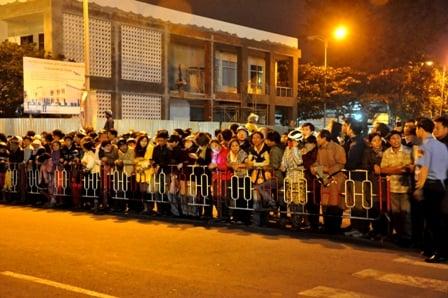 Cận cảnh người dân gọi tên, vỗ tay chào đón ông Nguyễn Bá Thanh về nước 5