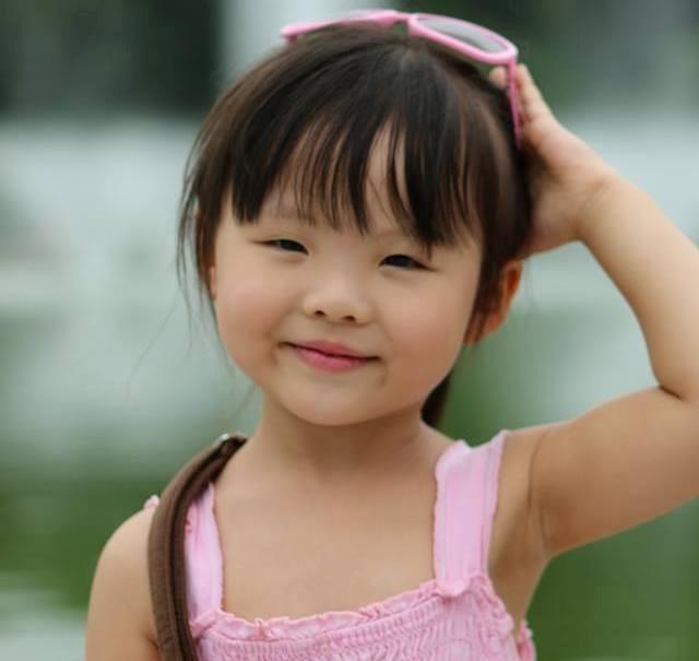 Hình ảnh Clip nhóc tì 4 tuổi làm phiên dịch gây sốt cộng đồng mạng số 1