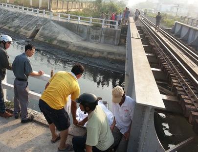 Đứng giữa đường ray, người đàn ông bị tàu hoả tông văng xuống suối 5