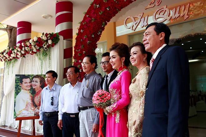 Á hậu Ái Châu hạnh phúc bên Huỳnh Đông trong lễ cưới bình dân 4