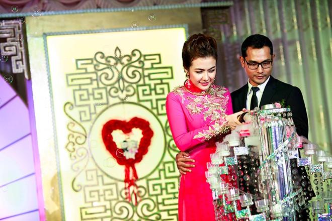 Á hậu Ái Châu hạnh phúc bên Huỳnh Đông trong lễ cưới bình dân 6