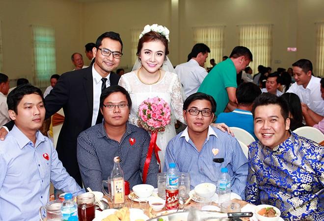 Á hậu Ái Châu hạnh phúc bên Huỳnh Đông trong lễ cưới bình dân 8