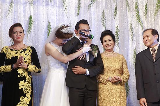 Chú rể Huỳnh Đông, cô dâu Ái Châu khóc nức nở trong đám cưới 4