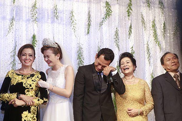 Chú rể Huỳnh Đông, cô dâu Ái Châu khóc nức nở trong đám cưới 5