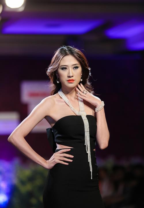 Siêu mẫu Lan Khuê gợi cảm với chiếc váy gần 1 tỷ đồng trên sàn diễn 13
