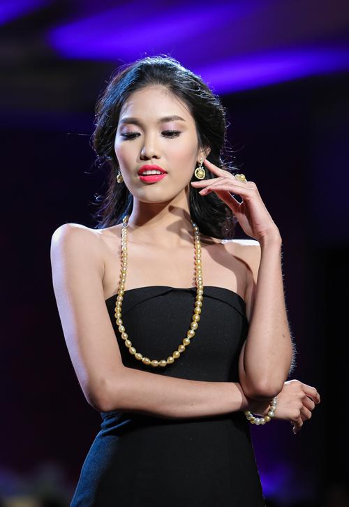 Siêu mẫu Lan Khuê gợi cảm với chiếc váy gần 1 tỷ đồng trên sàn diễn 7