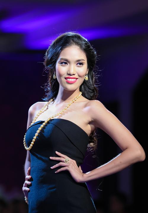 Siêu mẫu Lan Khuê gợi cảm với chiếc váy gần 1 tỷ đồng trên sàn diễn 8