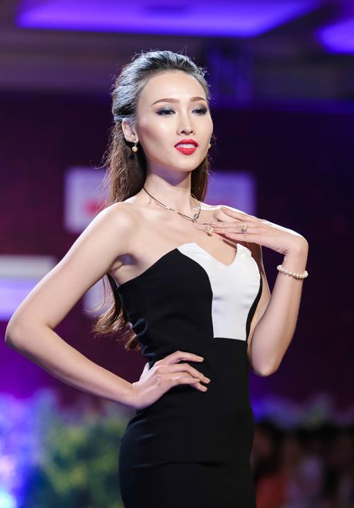 Siêu mẫu Lan Khuê gợi cảm với chiếc váy gần 1 tỷ đồng trên sàn diễn 9