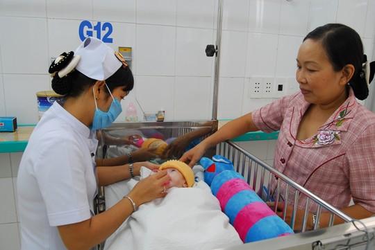 Bé trai 3 tháng tuổi bị bố mẹ bỏ vì sợ xui xẻo: Nữ Việt kiều muốn nhận nuôi 5