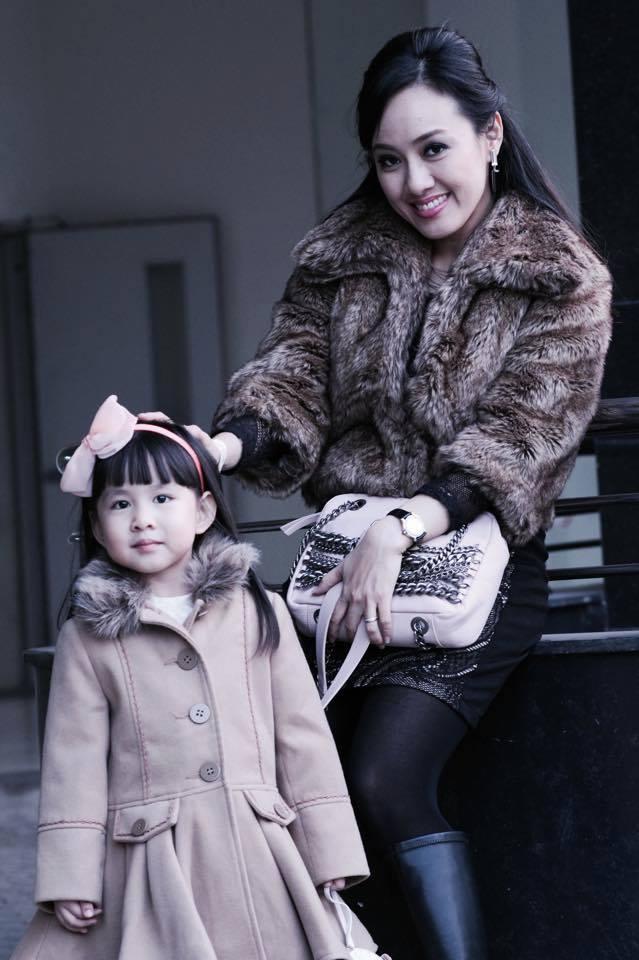 BTV Hoài Anh xinh đẹp bên con gái sau giờ lên sóng thời sự 7
