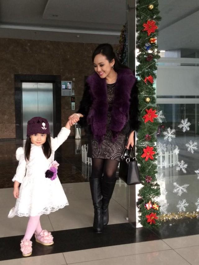 BTV Hoài Anh xinh đẹp bên con gái sau giờ lên sóng thời sự 10