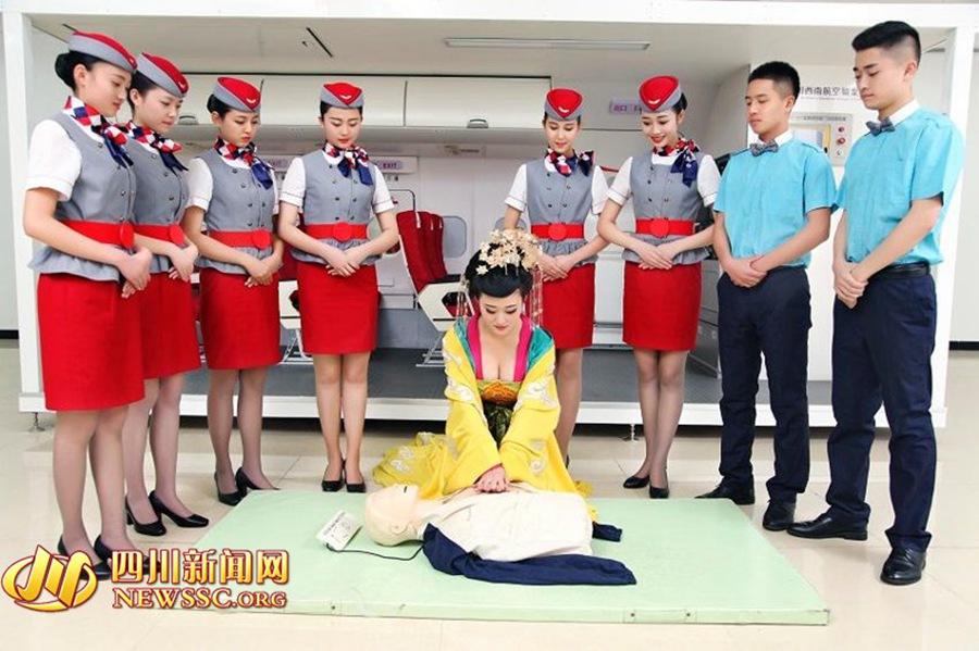 Tiếp viên hàng không xinh đẹp hóa trang thành
