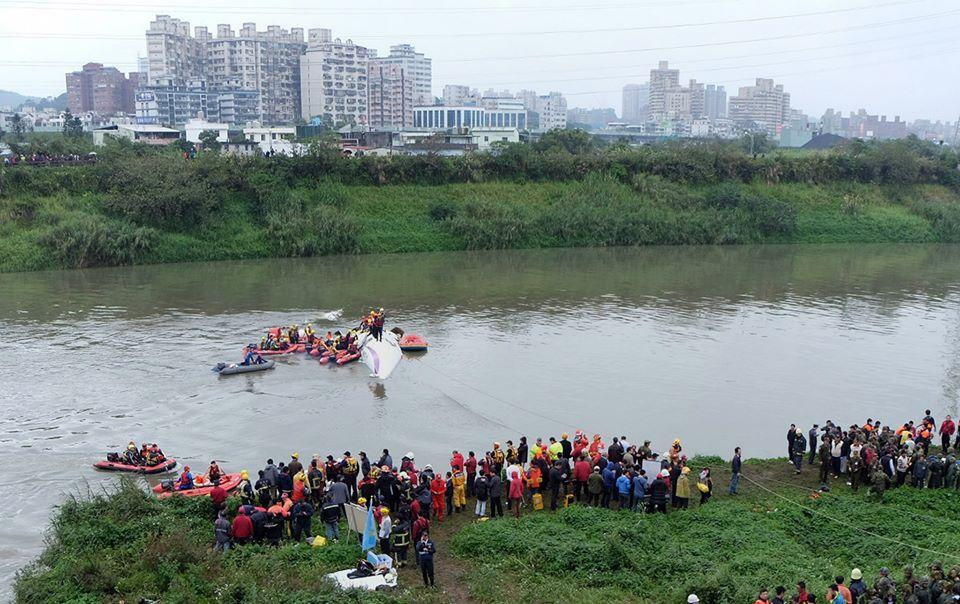 Máy bay Đài Loan chở 58 hành khách rơi xuống sông, 31 người chết 8
