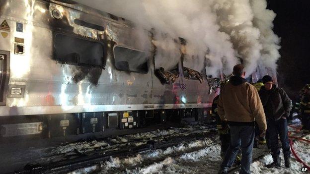 Tàu điện đâm ô tô bốc cháy nghi ngút, ít nhất 7 người thiệt mạng 5